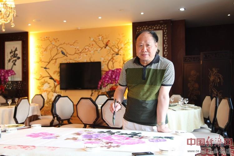 国画大家刘天明在凤城汤厨现场挥毫泼墨