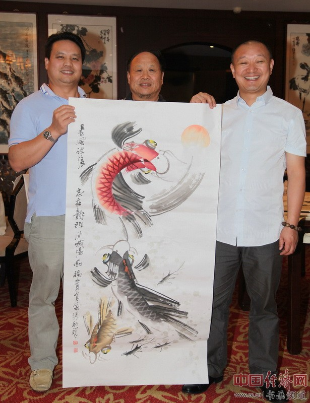 梁建忠(左)与国画大家刘天明(中)、张秋祥(右)合影