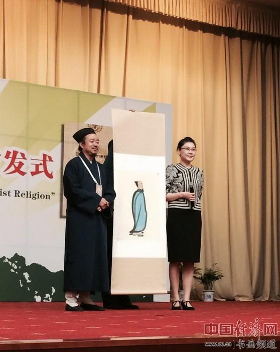 何�F熹(Anika He)应邀出席第三届国际道教论坛,图为论坛现场及其作品《仙人图》。
