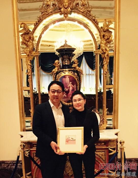 何�F熹(Anika He)(右)和北京荷风艺术基金会创始人、名誉理事长李风先生(左)合影