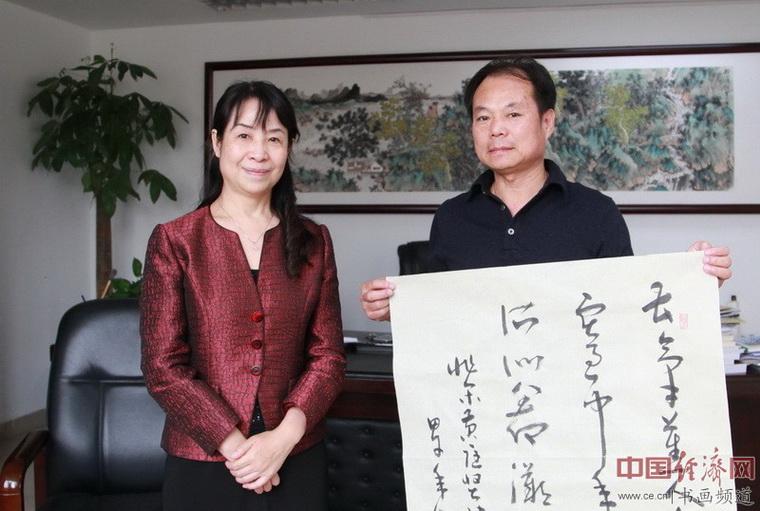 著名书法家崔世保(右)与河南省文联主席杨杰(左)合影