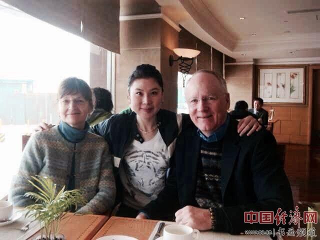 何�F熹(Anika He)(中间)和美国老年协会会长Richard Grimes夫妇合影