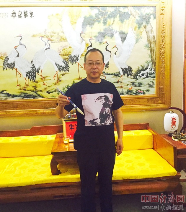 上图为纪晓岚纪念馆馆长、著名书法家李新永先生穿着Anika He的艺术文化衫