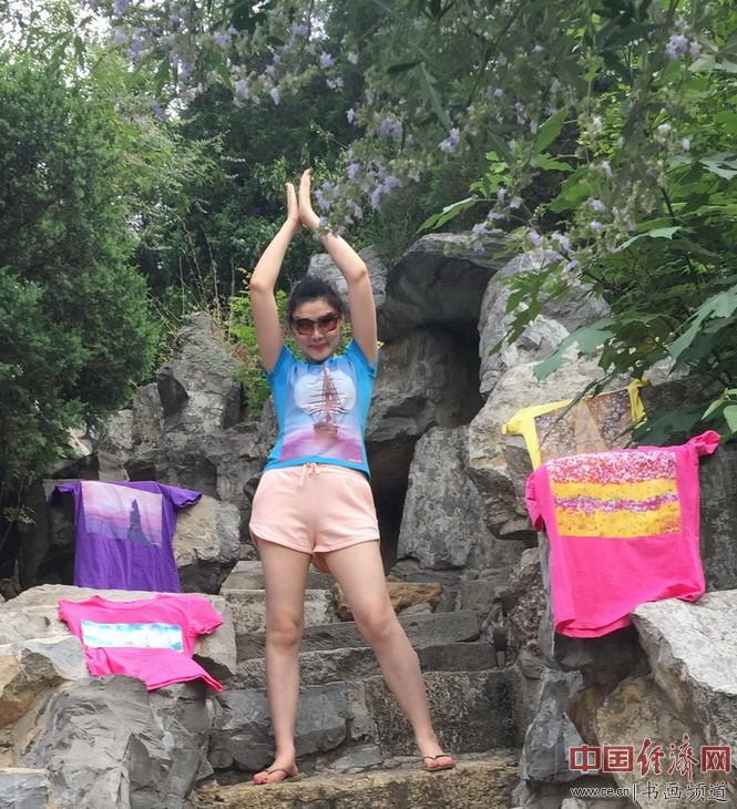 何旻熹(Anika He)身着自己创作的艺术延伸品T恤