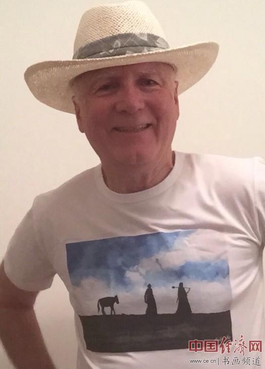 ALFA美国老年协会会长Richard Grimes身着何�F熹(Anika He)的艺术延伸品T恤