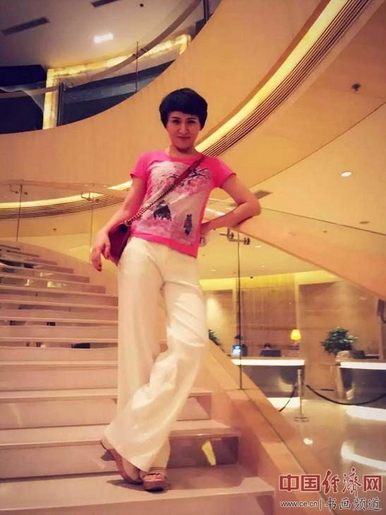 默默女士身着何�F熹(Anika He)的艺术延伸品T恤