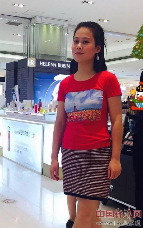 孟静女士身着何旻熹(Anika He)的艺术延伸品T恤