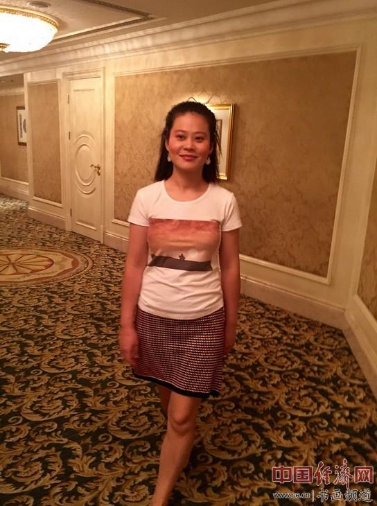 孟静女士身着何�F熹(Anika He)的艺术延伸品T恤