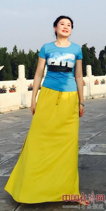 Godness of Liberty何�F熹(Anika He)身着自己创作的艺术延伸品T恤