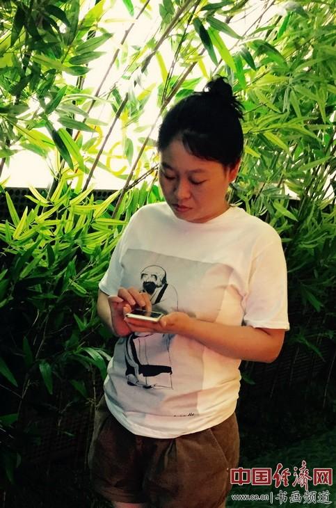 闫枝己女士身着何�F熹(Anika He)的艺术延伸品T恤