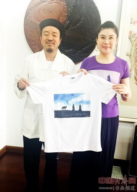何�F熹(Anika He)和全国政协委员、中国道教协会副会长、中国宗教和平委员会副秘书长黄信阳合影