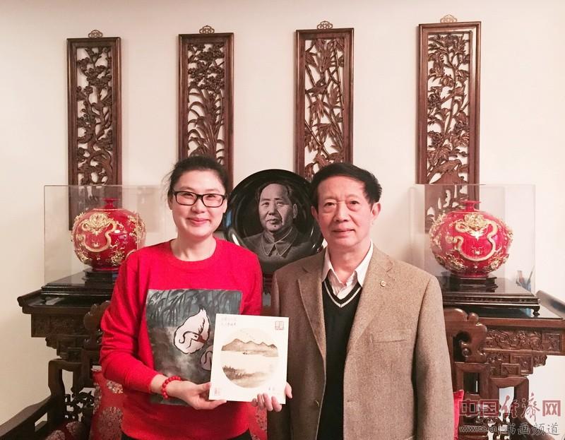 何�F熹(Anika He)和中国人民解放军空军原副政治委员黄新合影。