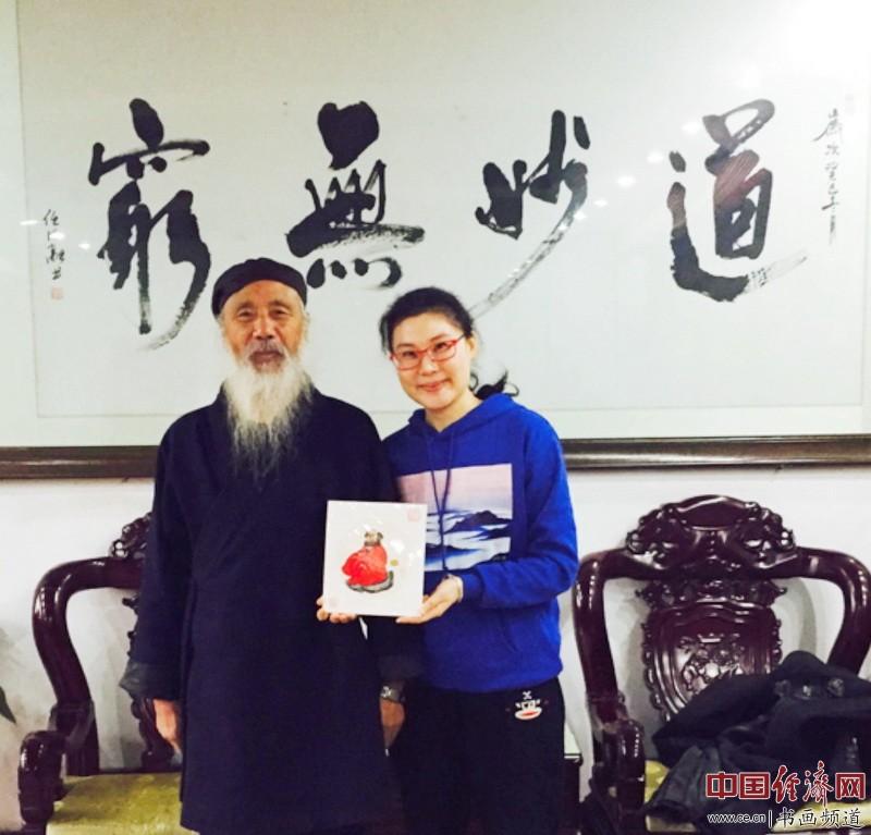 何�F熹(Anika He)与任法融道长(左)合影
