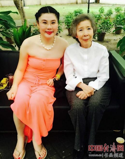 何�F熹(Anika He)和十二届全国政协委员会常务委员伍淑清女士合影
