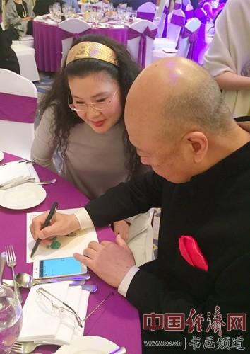 方风雷在何�F熹(Anika He)画作上签名。Mr. Fenglei Fang