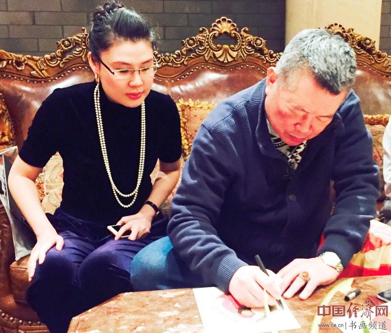 全球洪门联盟总会长刘会进在何�F熹(Anika He)作品上签名Liu Hui Chin