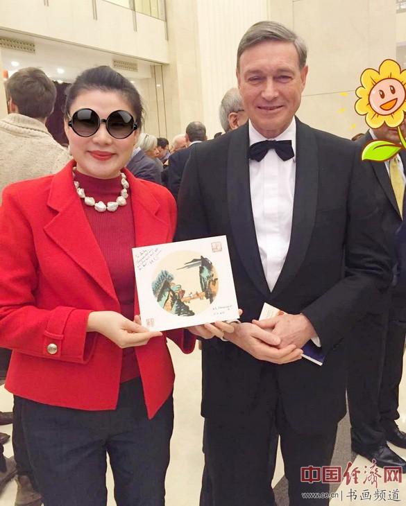 何�F熹(Anika He)和欧盟驻华大使史伟合影 Dietmar Schweisgut