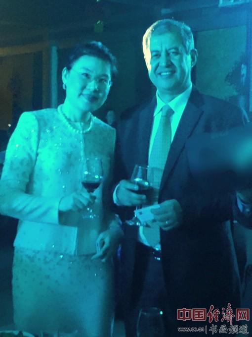 2016年何�F熹(Anika He)参加阿尔及利亚驻华大使哈桑纳・拉贝希的卸任酒会