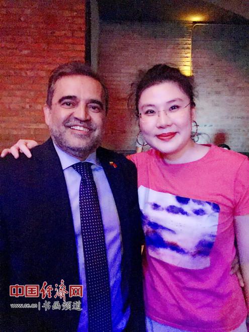 何�F熹(Anika He)和哥伦比亚驻华大使奥斯卡・鲁埃达合影Oscar Rueda