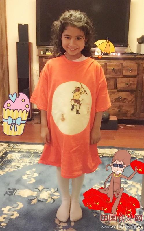 小朋友身着何�F熹(Anika He)的艺术延伸品T恤
