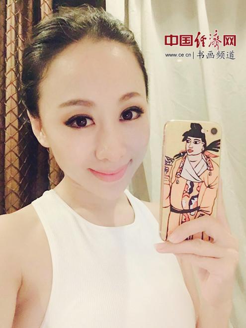 《最美中国红》歌手韩旭手持何�F熹(Anika He)的艺术延伸品手机壳