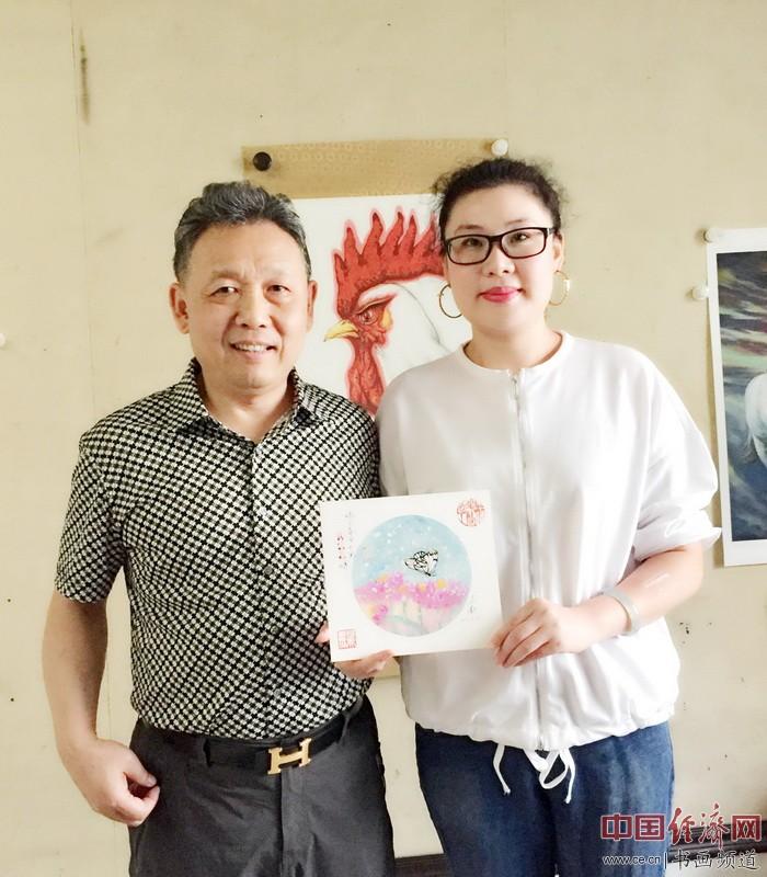 何�F熹(Anika He)右和全国政协委员、著名书画家吴欢先生(左)合影