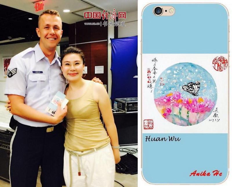 何�F熹(Anika He)和国际友人手持何�F熹(Anika He)的艺术延伸品手机壳