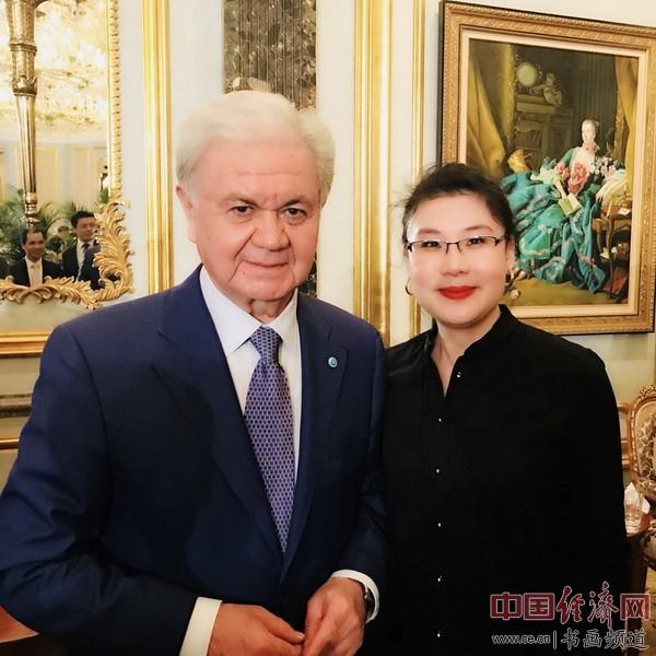 何�F熹(Anika He)和上海合作组织秘书长拉希德・阿里莫夫(左)