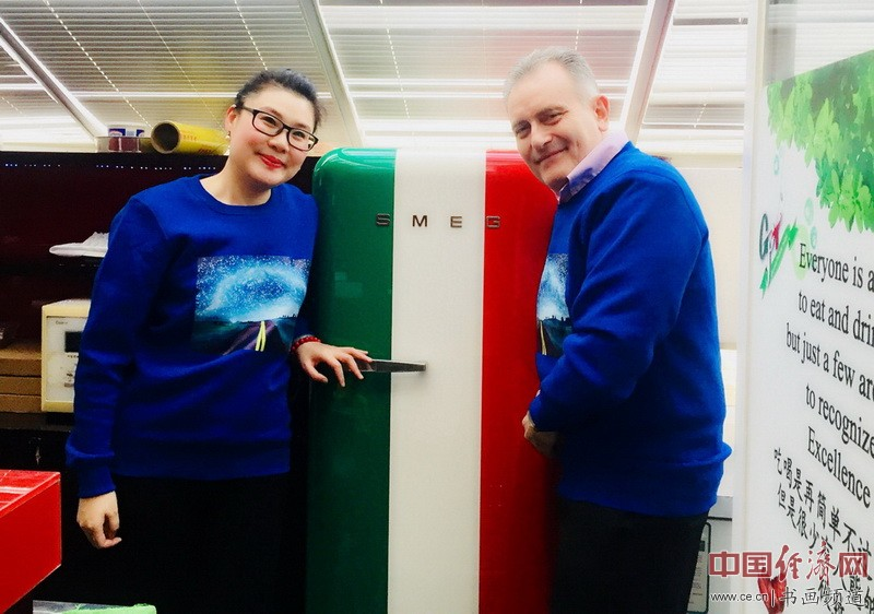 何�F熹(Anika He)和意大利朋友Bellico Marcello身穿何�F熹的艺术延伸品卫衣
