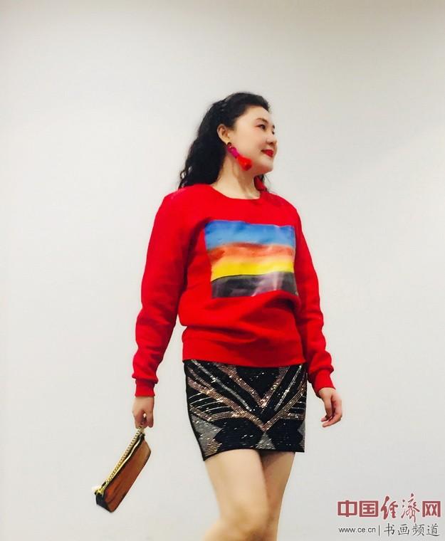 何�F熹(Anika He)身着自己创作的艺术延伸品卫衣 Sweater