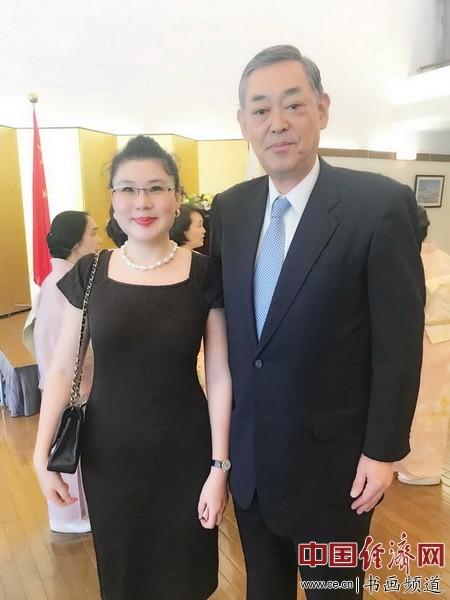 艺术家何�F熹(Anika He)和日本驻华大使横井裕(Yutaka Yokoi)