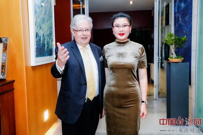 艺术家何�F熹(Anika He)和瑞士驻华大使戴尚贤Jean-Jacques de Darde