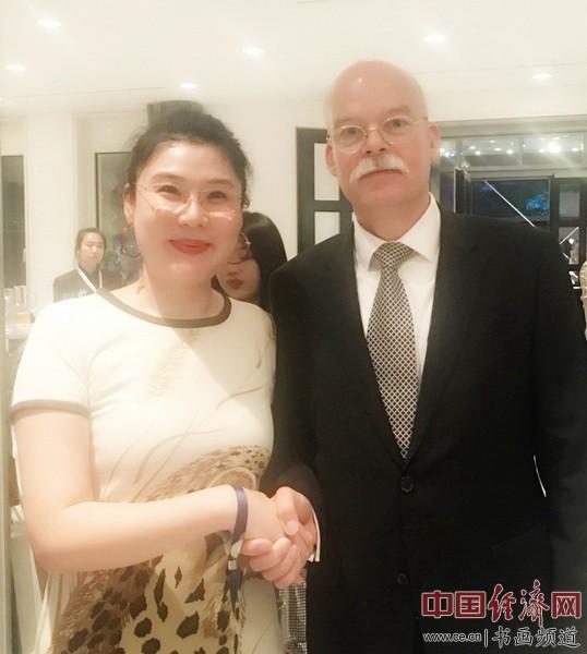艺术家何�F熹(Anika He)和德国驻华大使葛策 Clemens von Goetze
