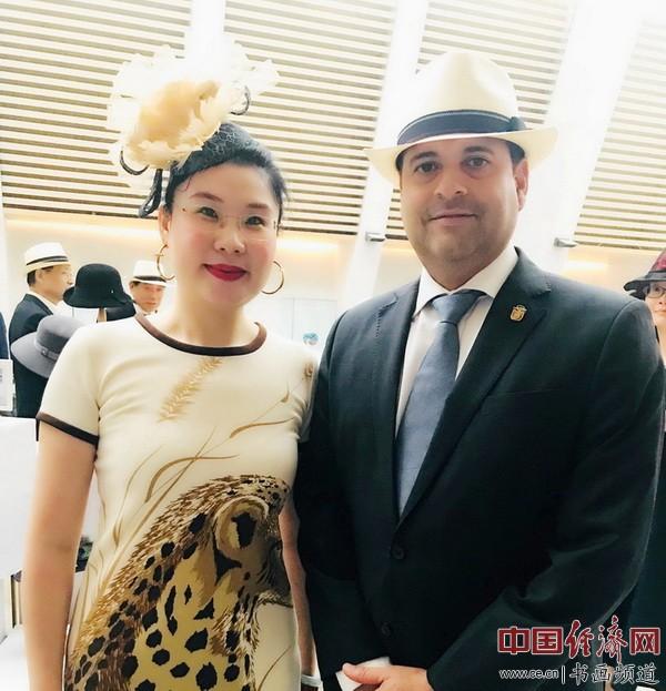 艺术家何�F熹(Anika He)和巴拿马首任驻华大使埃斯科巴尔(Francisco Escobar)