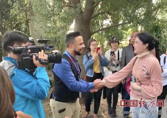2019年中国北京世界园艺博览会EXPO艺术家何�F熹(Anika He)在植物馆接受外国记者的采访