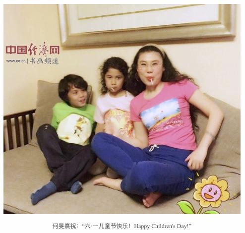 艺术家何�F熹(Anika He)和小朋友