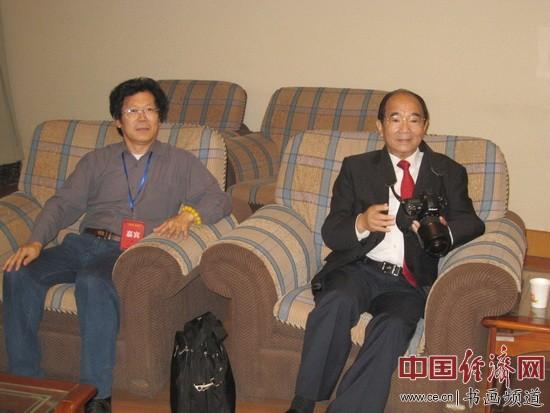 原中国文联党组书记高占祥(右)与著名书画家朱伯芳(左)