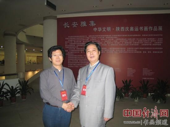 全国政协委员、著名国画家汪国新(右)与著名书画家朱伯芳(左)