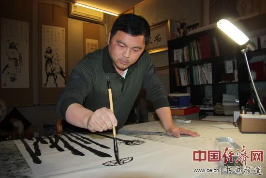 图为著名人物画家遂岩先生正在绘画创作中。祖力航 摄影