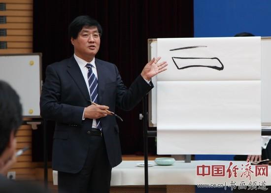 著名书法家胡立民先生正在向驻华使馆的外交们讲解中国书法艺术特征。中国经济网记者 裴小阁 摄影