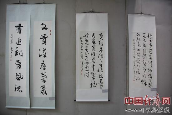 武春河书法在现场展出 中国经济网记者李冬阳摄