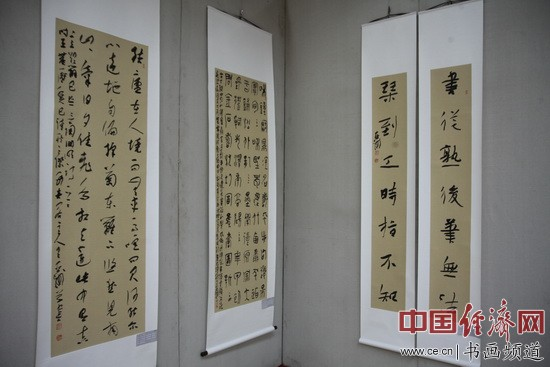 王亚洲书法在现场展出 中国经济网记者李冬阳摄
