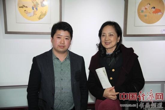 著名演员张金玲(右)到场观展,并与丹凤朝阳美术馆馆长马海涛(左)合影。中国经济网记者李冬阳摄