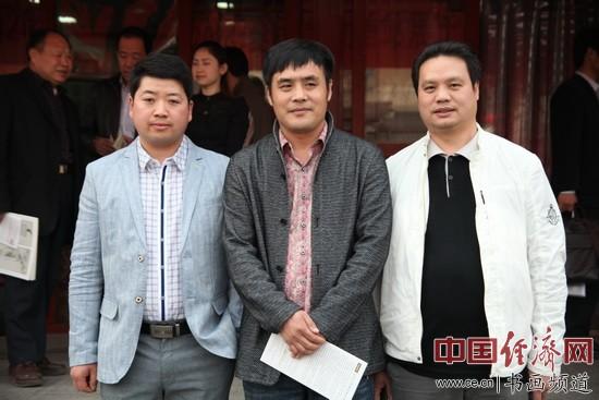 谢其云(中)与丹凤朝阳美术馆馆长马海涛(左)、北京佛山商会副会长、杨贯一入室弟子梁建忠(右)在现场合