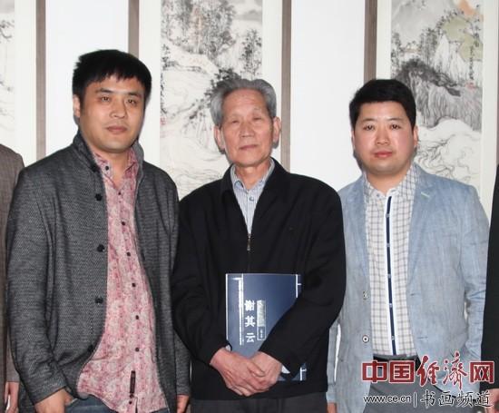 国画大家理勤功(中)与谢其云(左)交流国画艺术后,与马海涛(右)在现场合影。 中国经济网记者李冬阳摄