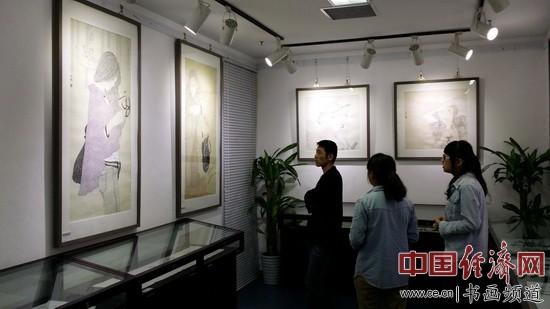 画展现场,游客在欣赏李晓娣的绘画作品。 中国经济网记者李冬阳摄