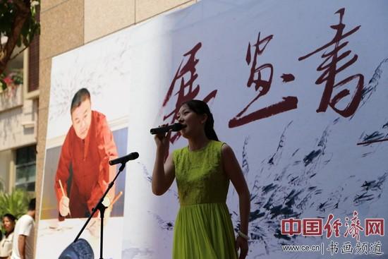 歌唱家耿菲菲在现场倾情献唱