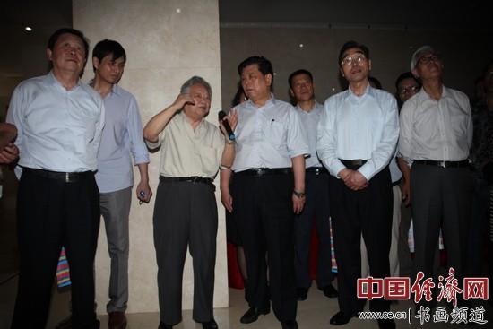 雷正民(右一)、刘永治上将(右二)、胡振民(右三)、国画大师姚治华(右四)、郑碎孟(右五)、李牧(右