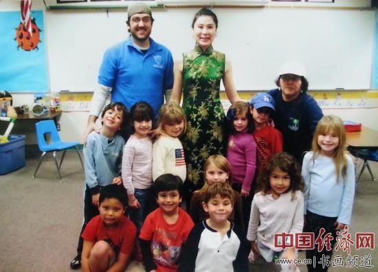 何�F熹(Anika He)和比佛利山庄幼儿园的小朋友们。Anika He and kids