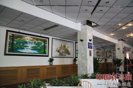 展厅挂满了杨进才的书画作品 李玉生摄